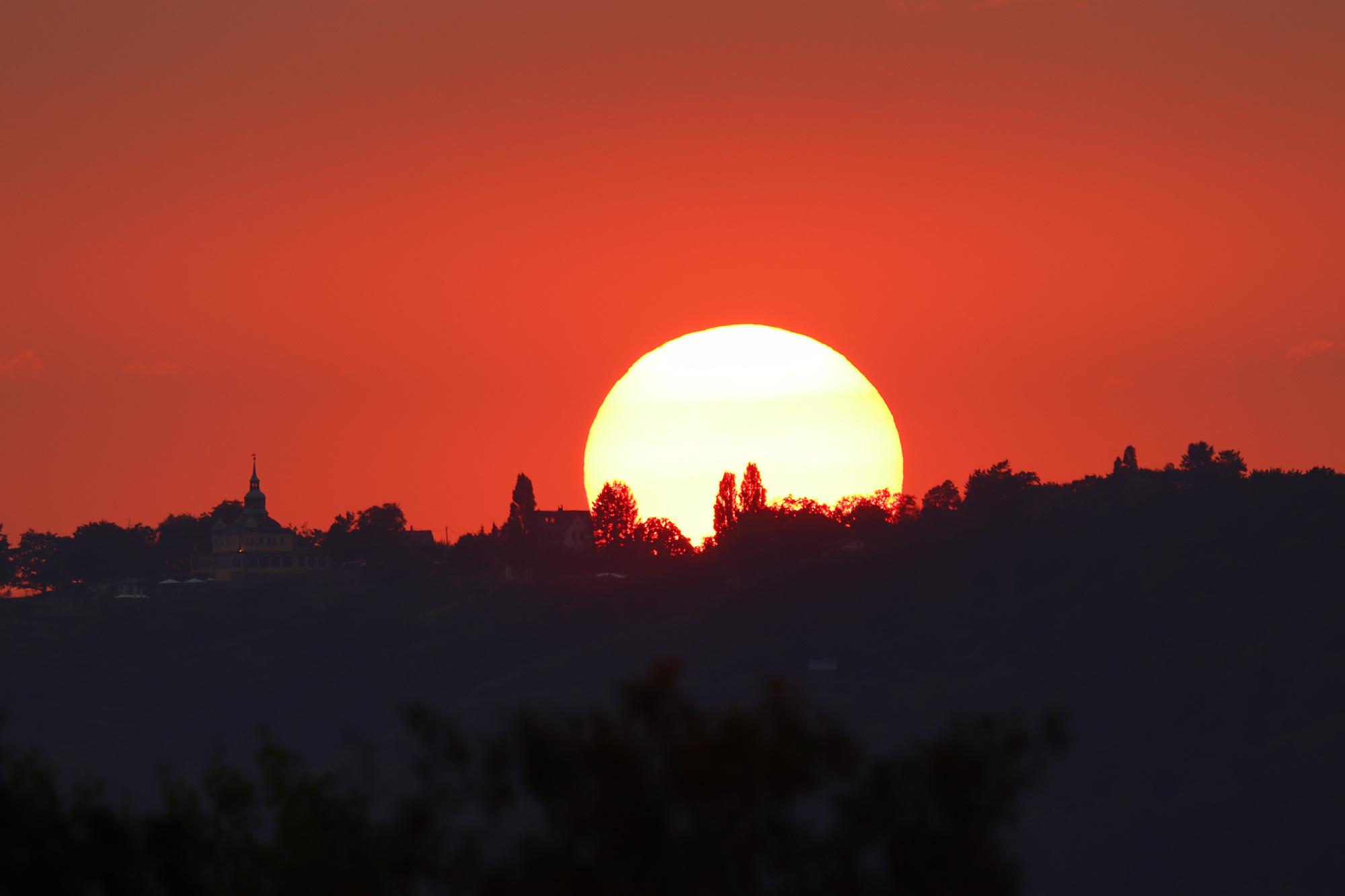 Roter, halb verdeckter Sonnenuntergang